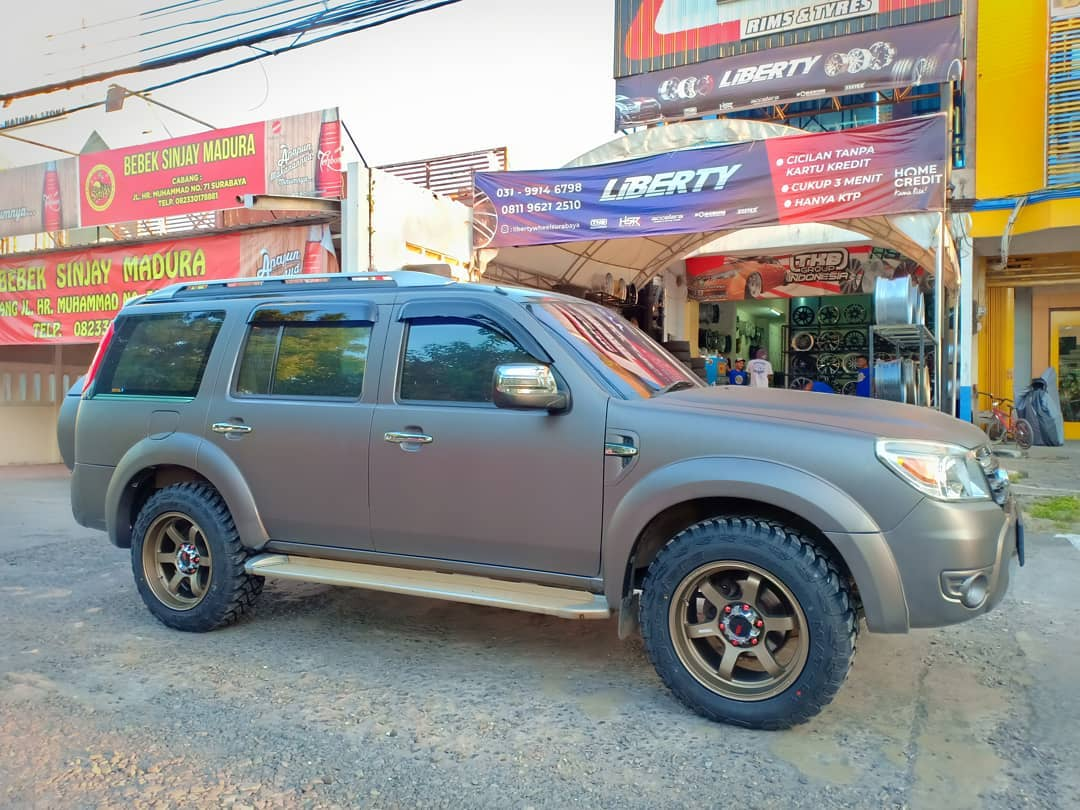 Ford Everest Modif velg HSR Ring 18 di toko Liberty Wheel Surabaya