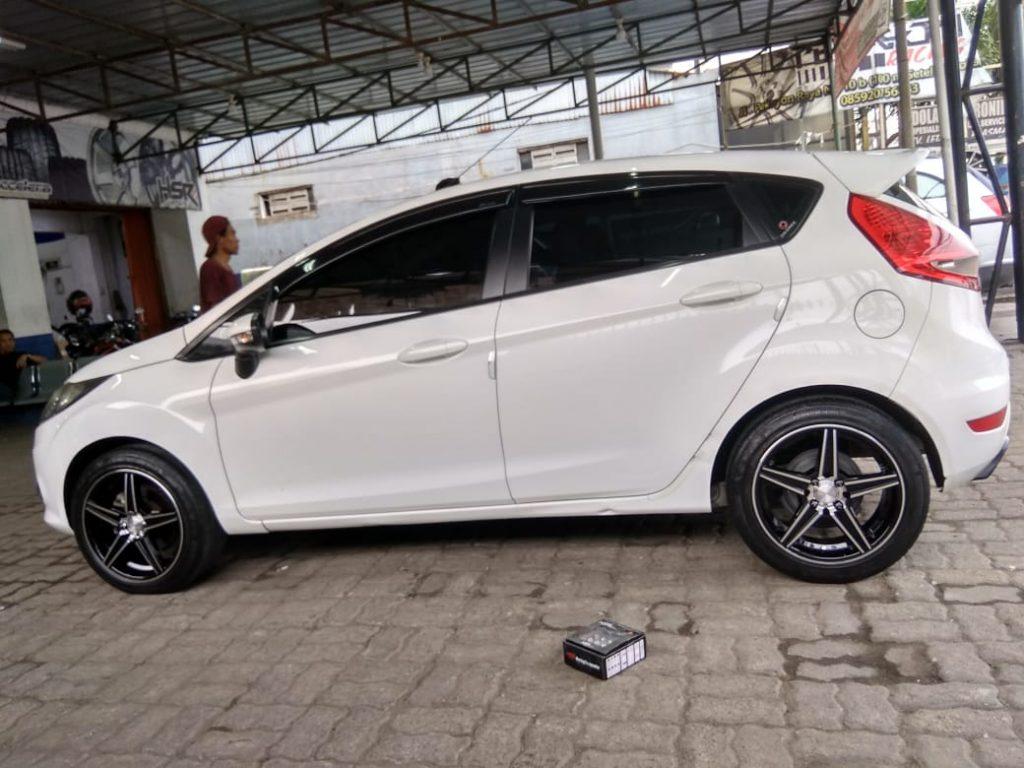 Modifikasi Ford Fiesta Pakai Velg mobil HSR EMISSION R16