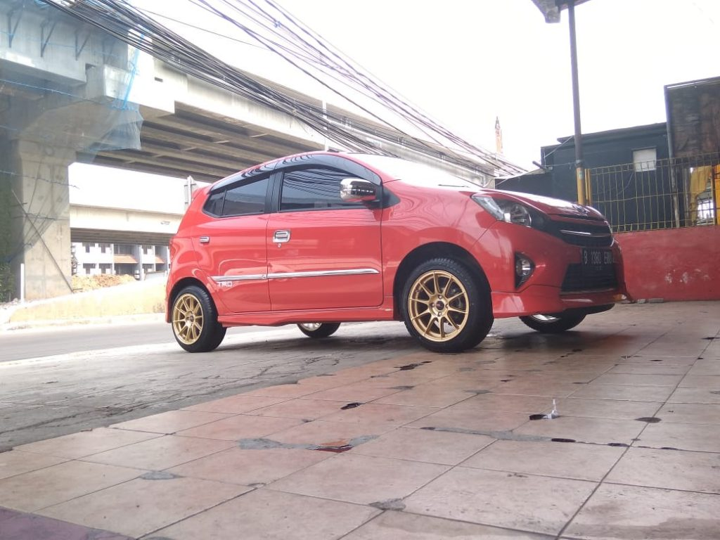 modifikasi mobil toyota agya dengan keren nya menggunakan velg pool R15 hsr wheel