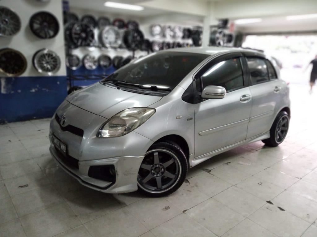 Modifikasi Mobil Toyota Yaris dengan velg hsr tokyo R17