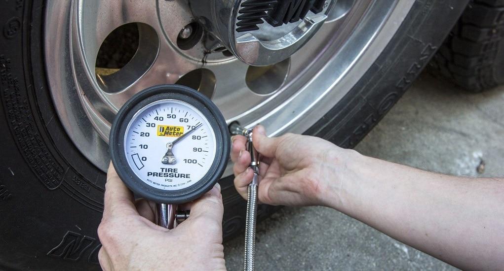 Mengukur Tekanan Angin untuk Merawat Ban Mobil