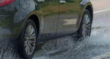 Mobil Slip saat Hujan, Ini Penyebab dan Cara mengatasinya!