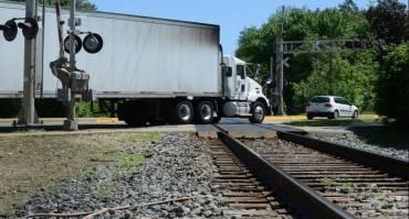 Mobil Mati Mendadak Saat Melintasi Rel Kereta Api, Ini Penjelasannya!