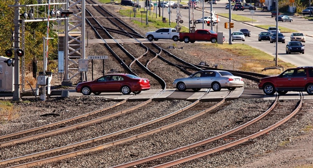 Mobil Mendadak Mati Saat Melintasi Rel Kereta Api
