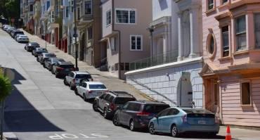 Parkir Mobil di Tanjakan, Benarkah Dapat Merusak Komponen Mobil?