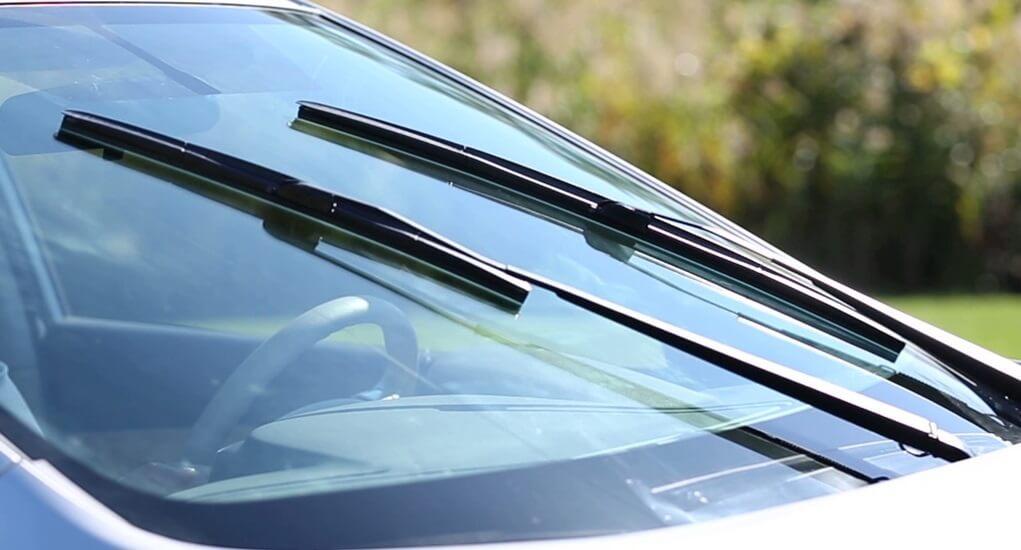 Perlukah Mengangkat Wiper Mobil Saat Parkir di Ruang Terbuka?