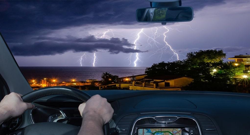 Mobil Tersambar Petir, Benarkah Penumpang di Dalamnya Tetap Aman?
