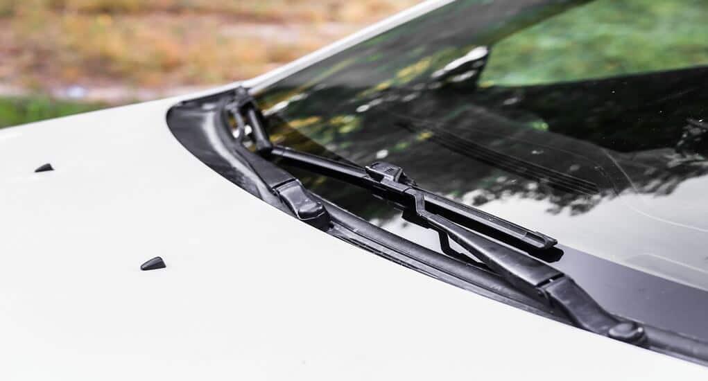 Perlukah Mengangkat Wiper Mobil Saat Parkir