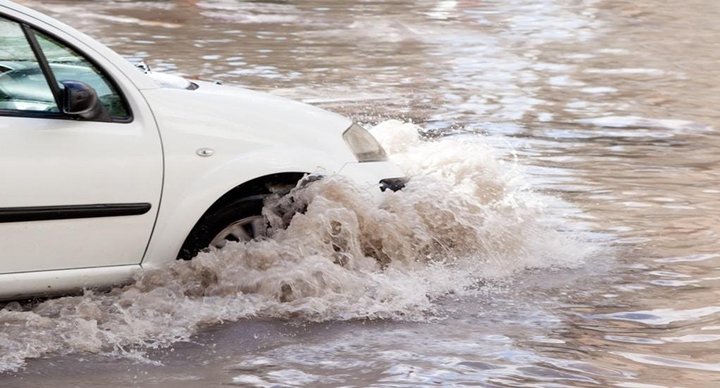 Hal yang Diperhatikan Ketika Mengendarai Mobil Saat Banjir